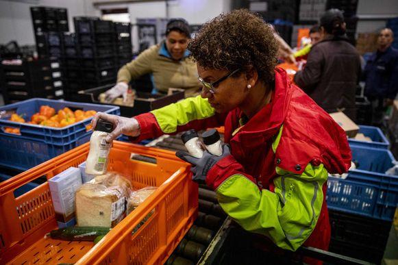Steeds meer mensen moeten eten halen bij de voedselbanken: in vijf jaar is er een stijging met 30%.