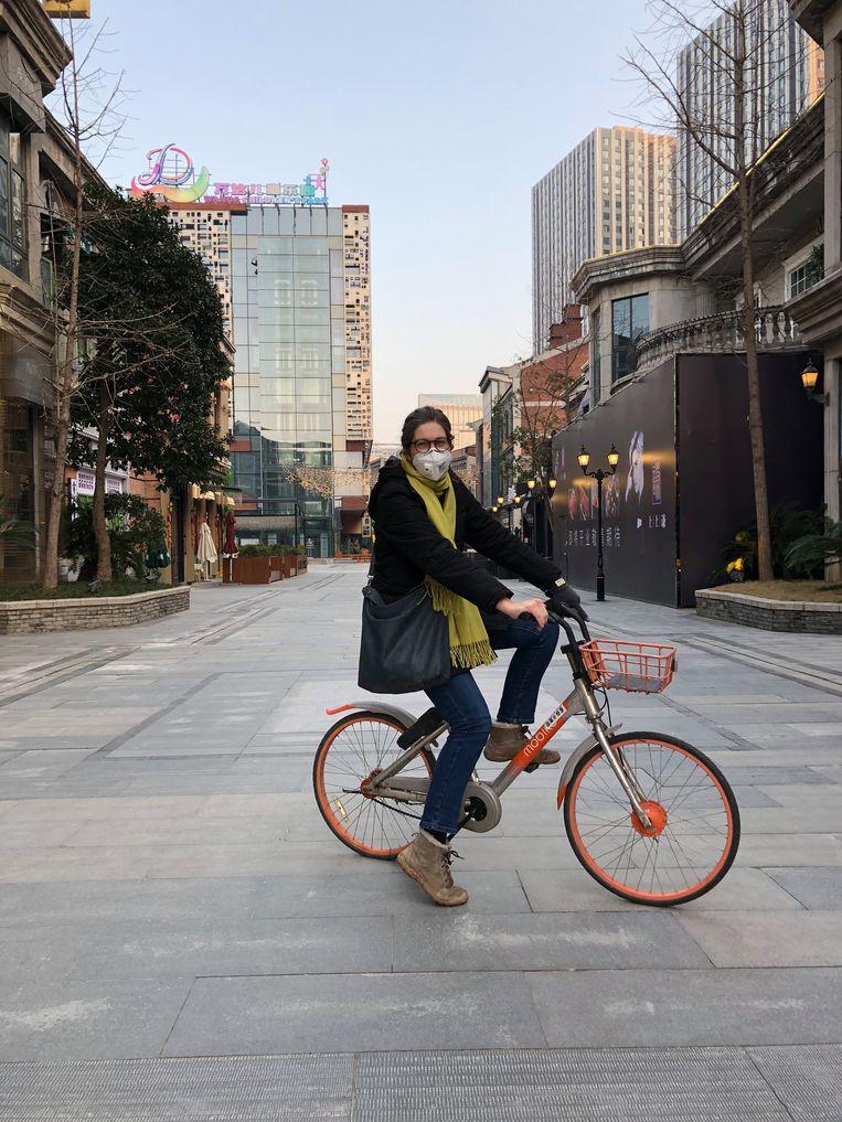 China-correspondent Leen Vervaeke in Wuhan. 'Het virus was zich duidelijk aan het verspreiden, en de Nederlandse politiek en media dachten nog steeds dat het wel goed zou komen door te stoppen met handen schudden.' Beeld