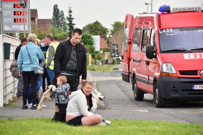 Door het gaslek op het kruispunt van de Brugseweg met de Zonnebeekseweg in Langemark werden de bewoners van zeven huizen geëvacueerd. Onder hen een gezin met een klein kindje en drie honden.