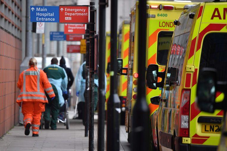Ambulances staan in rij bij een Londens ziekenhuis. Beeld AFP