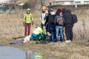 De hulpdiensten kwamen ter plaatse nadat de man door het ijs was gezakt.