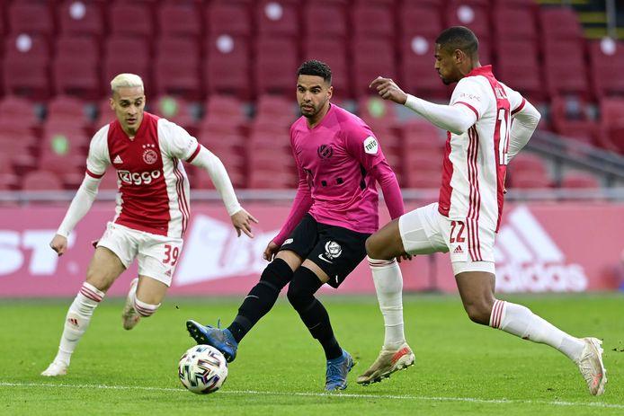 Adam Maher (midden) in actie tegen Ajax, afgelopen donderdag. Links Antony, rechts Sébastien Haller.