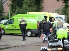 Fietsster met hoofdwond naar ziekenhuis na aanrijding met boodschappenbusje in Holten