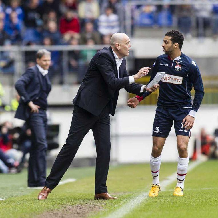 Trainer Jurgen Streppel van Willem II geeft Sofian Akouili instructies in de wedstrijd tegen sc Heerenveen. Beeld anp