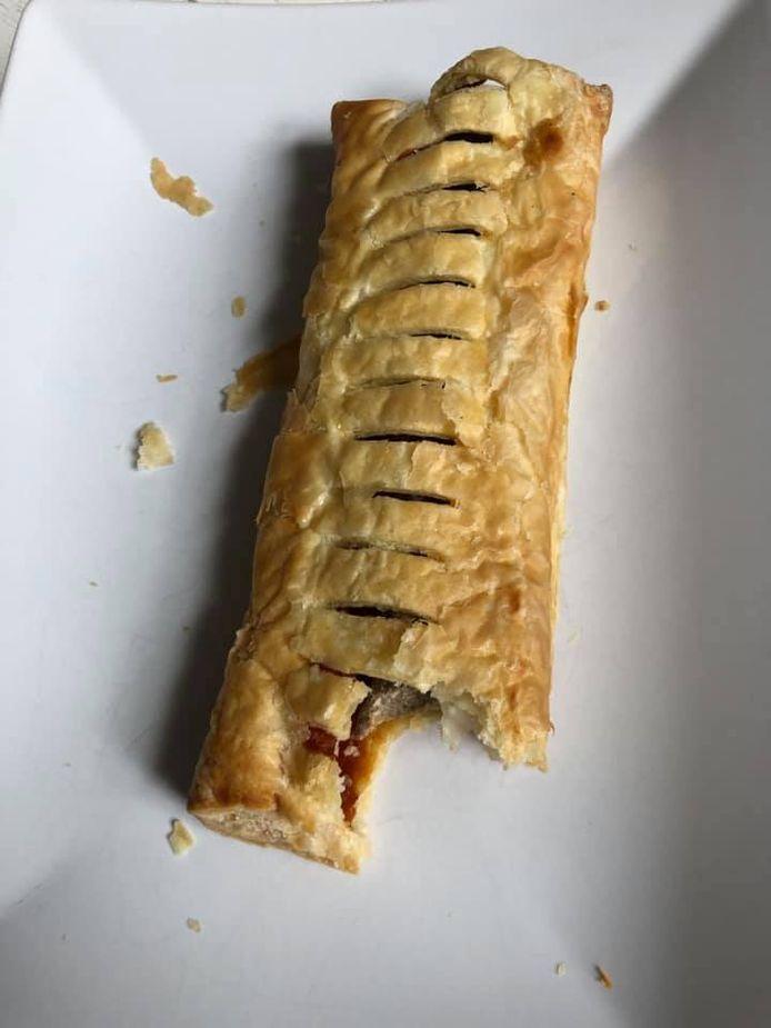 Het beschimmelde frikandelbroodje aan de buitenkant van de Bakker Bart uit Bergen op Zoom.