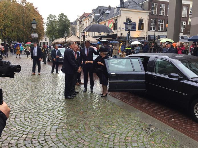 Prinses Beatrix komt aan bij de Sint-Jan in Den Bosch.