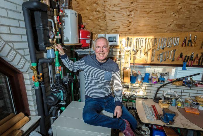 Aquathermie wordt nog maar weinig toegepast in onze regio. Sommige particulieren, zoals op de foto Peter Aarden, hebben op eigen gelegenheid een installatie laten bouwen. De planetenbuurt in Alphen zou de eerste plek zijn waar grootschalig energie uit oppervlaktewater wordt gewonnen.