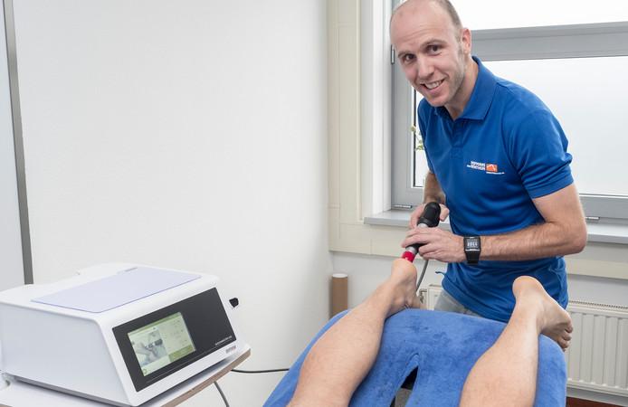 Fysiotherapeut Niels van Benthum aan het werk. Veel verzekeraars hebben het mes gezet in aanvullende verzekeringen, zoals fysiotherapie.