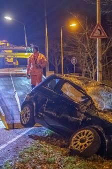 Auto meerdere keren over de kop in Laren: Drie inzittenden naar ziekenhuis