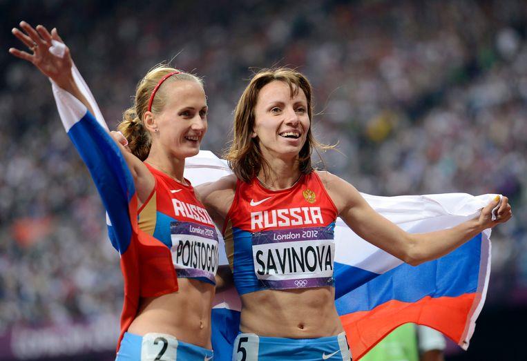 Mariya Savinova (r) en Ekaterina Poistogova wonnen respectievelijk goud en brons in de 800 meter finale tijdens de Olympische Spelen van Londen in 2012. Beide atleten moeten volgens het WADA levenslang geschorst worden vanwege het gebruik van doping. Beeld EPA