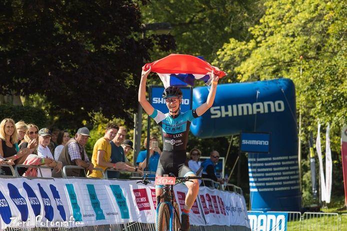 De Apeldoornse Luna Cnossen pakt de Nederlandse MTB-titel bij de junioren