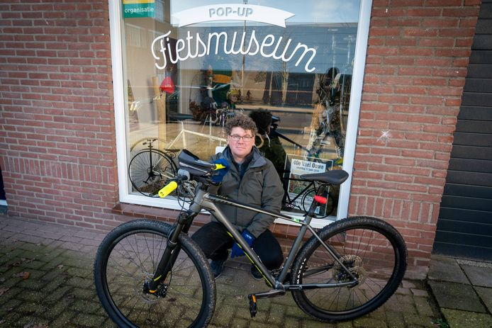 Michiel van den Deijssel voor zijn fietsmuseum. In coronatijd moeten belangstellenden buiten blijven staan en door het raam naar binnen kijken.