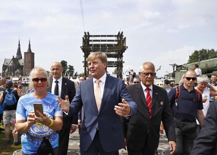 Zul je net zien dat de selfiefunctie van je telefoon je in de steek laat, juist als koning Willem-Alexander naast je loopt. De koning wordt geflankeerd door marsleider Johan Willemstein.