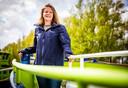 Eva van Dijk-Bijl, eigenaar van de Hoeksche Vaart. Op de boot die op 'veilig kraambezoek' gaat dit weekend.