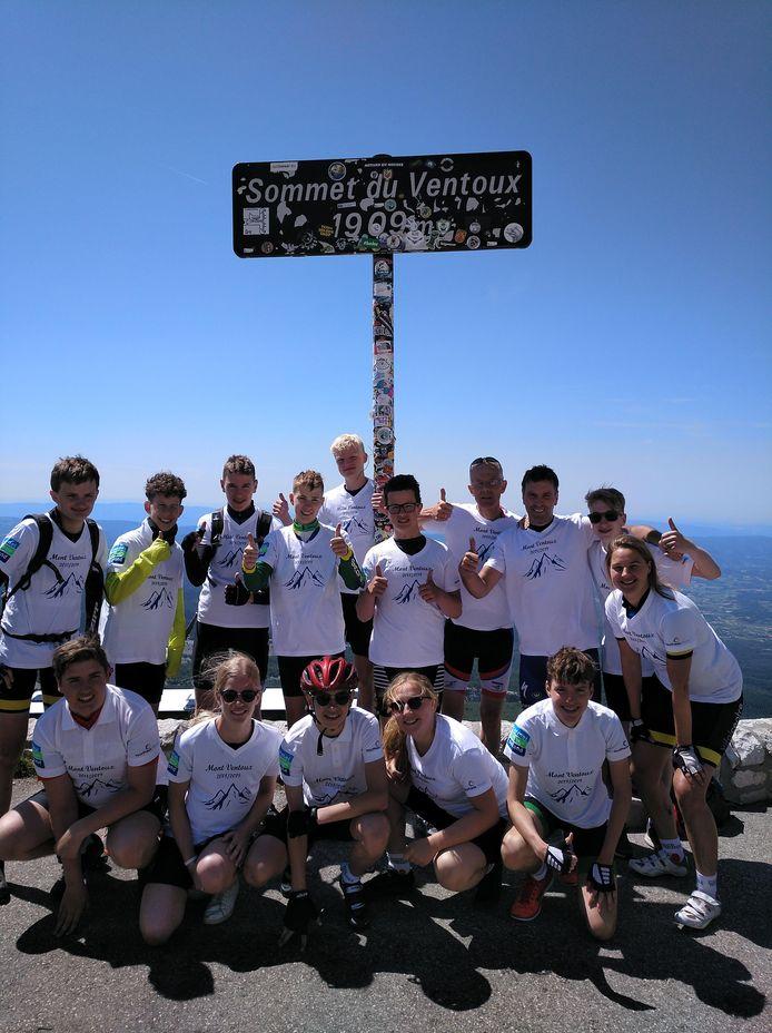 De voldoening is groot bij de groep van het Carmel College, nadat ze de top van de Mont Ventoux heeft gehaald.
