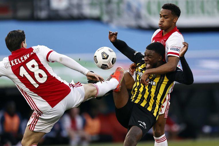 Jurgen Ekkelenkamp van Ajax, Riechedly Bazoer van Vitesse, Jurrien Timber van Ajax tijdens de Toto KNVB-bekerfinale wedstrijd tussen Ajax Amsterdam en Vitesse.  Beeld ANP