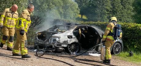 Autobrand in Zeewolde: jerrycan gespot, vermoeden van brandstichting
