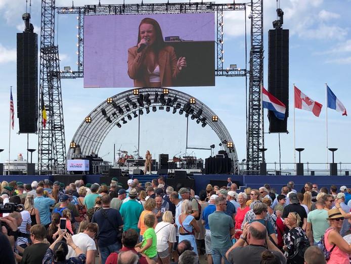 Isabel Provoost geeft een optreden op het Vrijheidsplein.
