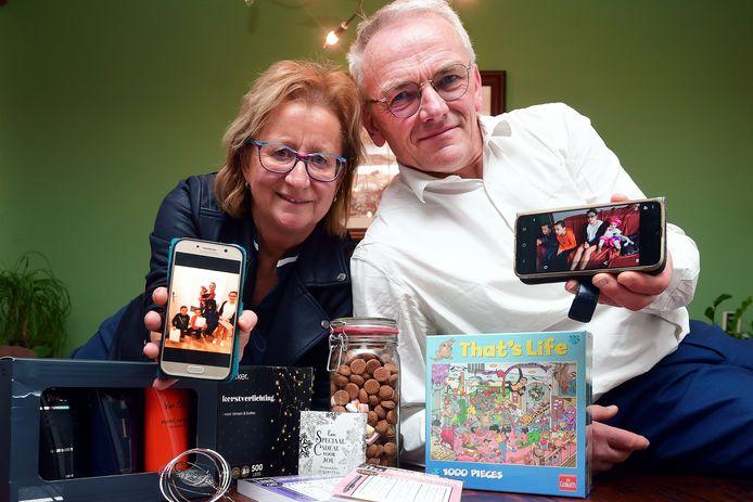 Lilian en Adrie Rockx uit Halsteren vierden dit jaar het Sinterklaasfeest met alleen de kleinkinderen. Er werden volop foto's gemaakt voor de ouders.