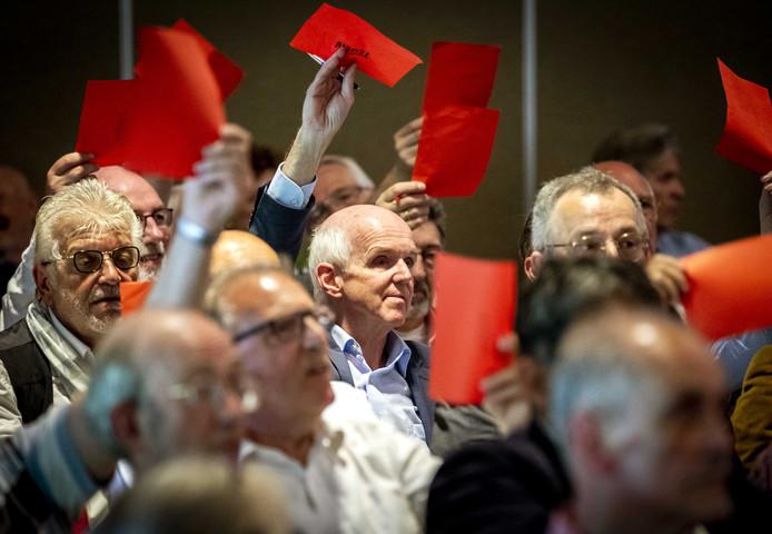 Partijvoorzitter Geert Dales (midden) tijdens de Algemene Vergadering van 50Plus in mei van dit jaar.