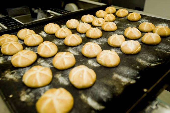 De productie van kaiserbroodjes in de bakkerij van DANVO Bakeries in Riel.