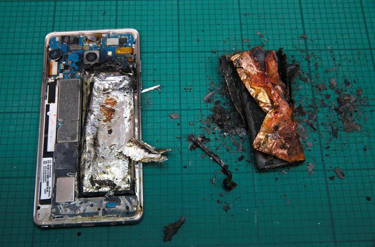 Door kortsluiting in de accus ontstaat er in korte tijd veel warmte, waardoor het electrolyt in de brand kan vliegen. Beeld
