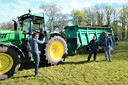 Jasper Oomen(l) kruipt in de tractor om bokashi uit te rijden op een weiland in Balsvoort in de Kampina. Maarten van Schijndel (m) en Bastiaan Oomen kijken toe.