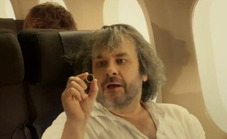 Hobbit-regisseur Peter Jackson in de veiligheidsvideo van Air New Zealand. Beeld YouTube