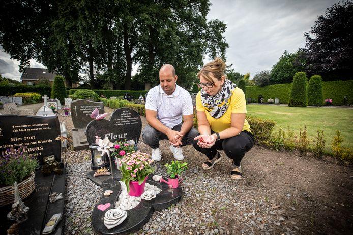 Op de begraafplaats in Albergen zijn meerdere graven vernield, onder meer dat van Fleur ten Berge, de dochter van Niels en Marloes ten Berge.