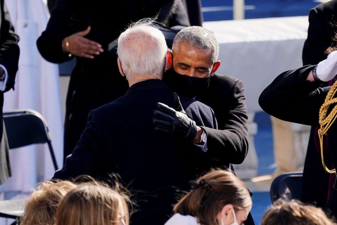 Voormalig president Barack Obama knuffelt president Joe Biden.