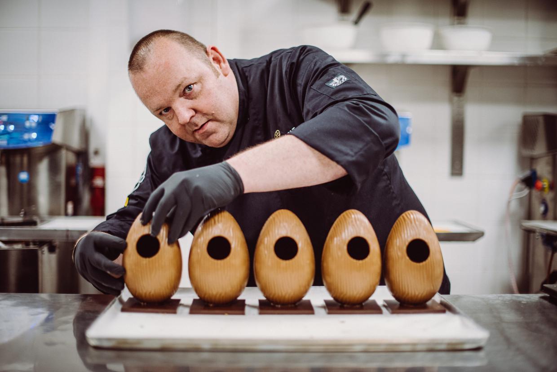 Chocolatier Wim Vyverman laat zijn chocolade eieren nu leveren met de taxi.  Beeld Wouter Maeckelberghe