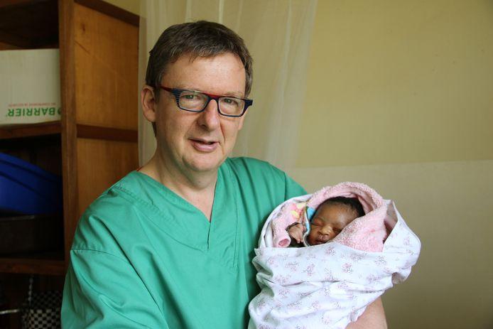 Aalstenaar Guy Verhulst probeert de omstandigheden te verbeteren waarin vrouwen moeten bevallen in Congo.
