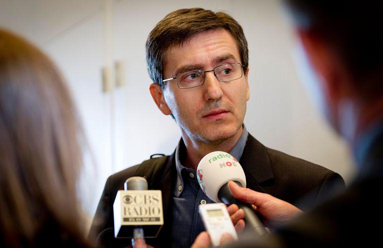Hasan Nuhanovic spreekt met de pers na de uitspraak van het gerechtshof in Den Haag waarin werd bepaald dat de Staat der Nederlanden aansprakelijk is voor de dood van drie moslimmannen in Srebrenica in 1995. Beeld Hollandse Hoogte / ANP