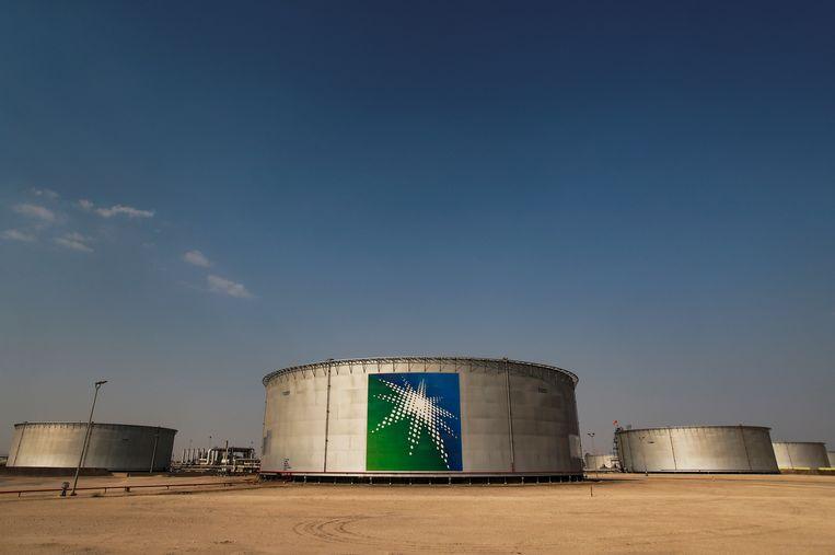 Olietanks van Saudi Aramco, het staatsoliebedrijf van Saudi-Arabië.  Het land beloofde zijn olieproductie een paar maanden fors in te krimpen.  Beeld REUTERS