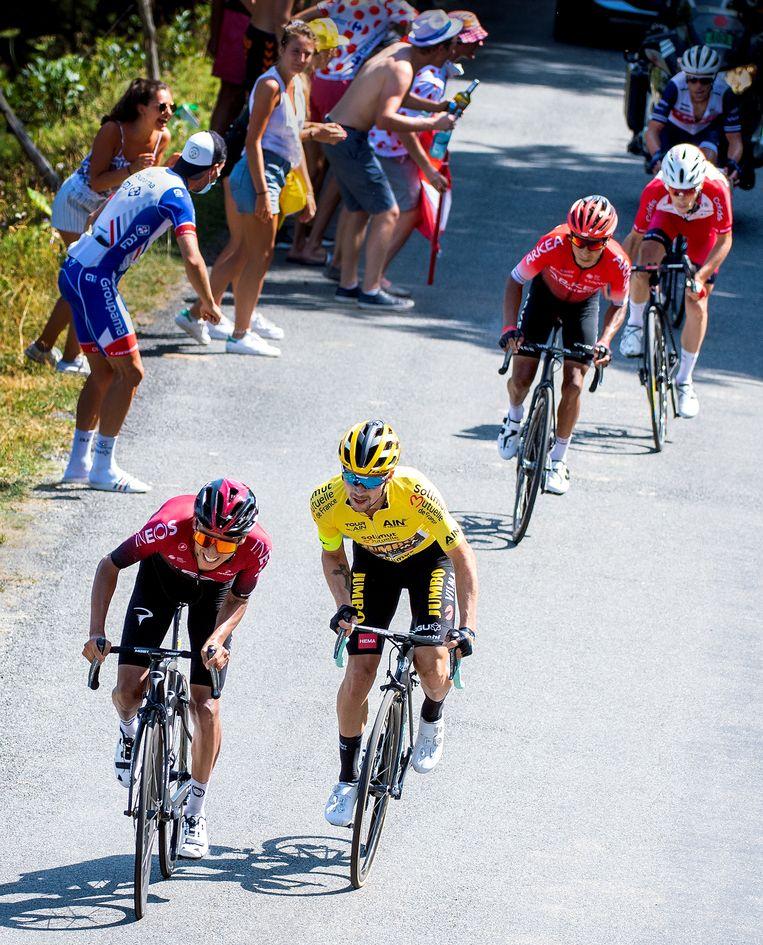 Egan Bernal (links) van Ineos springt op 400 meter voor de finish weg van de kopgroep maar Primoz Roglic van de Jumbo-Visma ploeg reageert direct en zal de etappe winnen. Beeld Klaas Jan van der Weij / de Volkskrant
