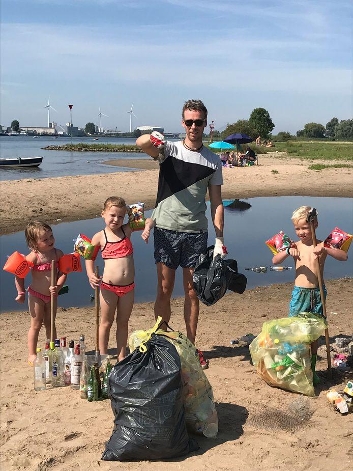 De oogst van 2,5 uur afval zoeken op een strandje aan de IJssel bij Kampen. Nico-Paul ten Hove deed het meeste werk, met zijn kinderen Bob en Stella (links) en buurmeisje Maud.