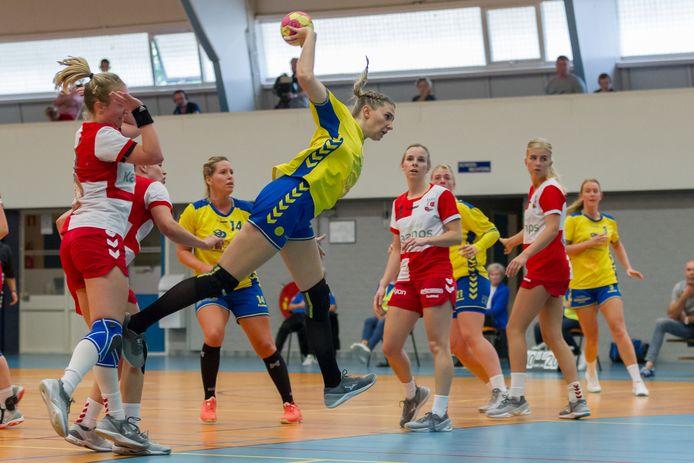 De handbalsters van Borhave en Deurningen begonnen het seizoen met de derby. Voorlopig staan de speelsters nog aan de kant.