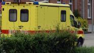 Vrachtwagen rijdt in op wagen, drie gewonden