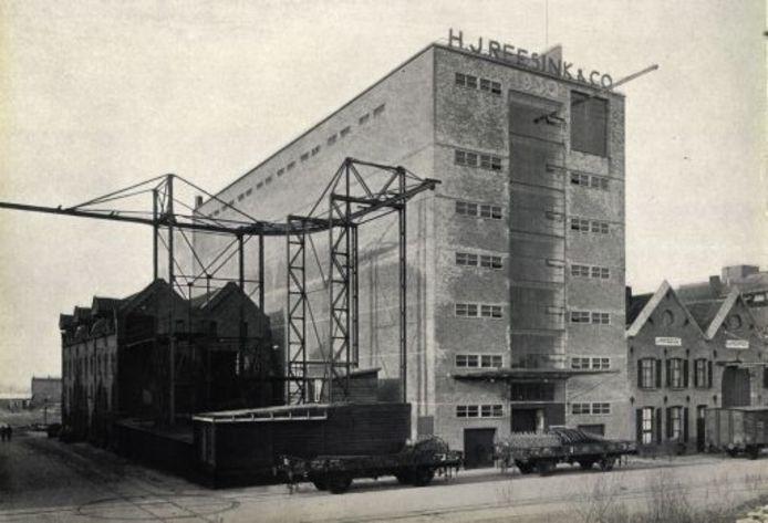 Het pakhuis van Reesink, naar ontwerp Willem van Tijen, kort na de voltooiing in 1930. foto PR