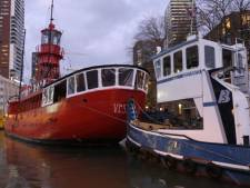 Even wennen: befaamd rood lichtschip Vessel 11 weggesleept uit Rotterdams stadshart