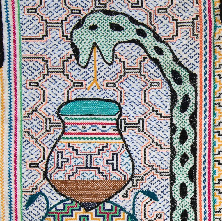 Sjamaankostuum (Kushma) van Luis Marquez Pinedo, gemaakt door zijn echtgenote. Katoen en borduursels, 2018, Shipibocultuur, Pucallpa, Peru. Beeld Collectie Stichting Nationaal Museum van Wereldculturen