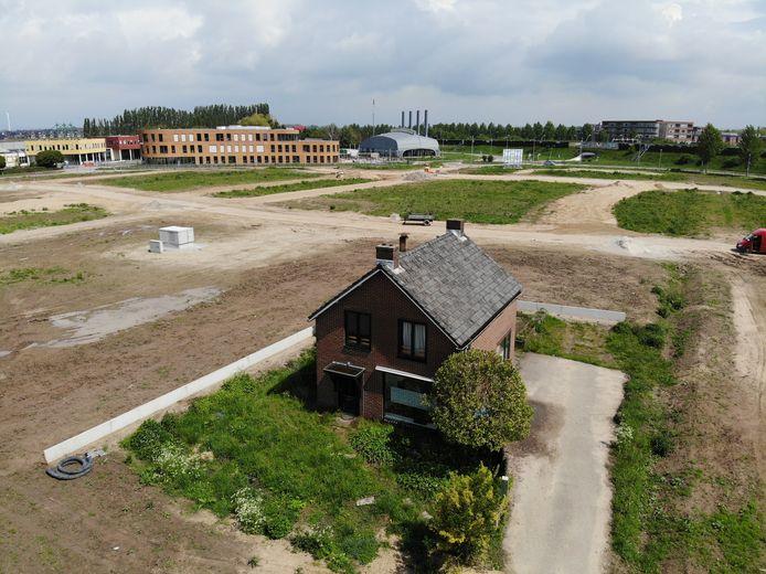 Het eenzame huis aan de Griftdijk Noord in Nijmegen (Lent). Op de achtergrond de nieuwbouw van het Citadel College.
