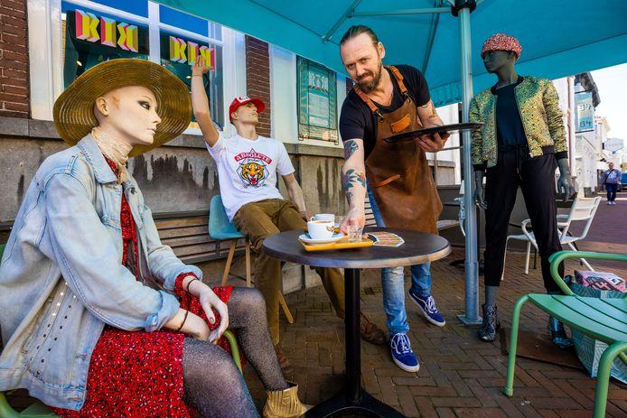 Coen Aarts van woonwinkel Kavel 84 in Waalwijk serveert voor de gein een bakkie koffie aan de paspoppen op zijn terras.