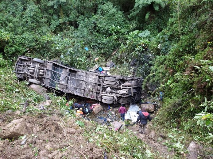 Na de crash was er nog maar weinig van de bus over.