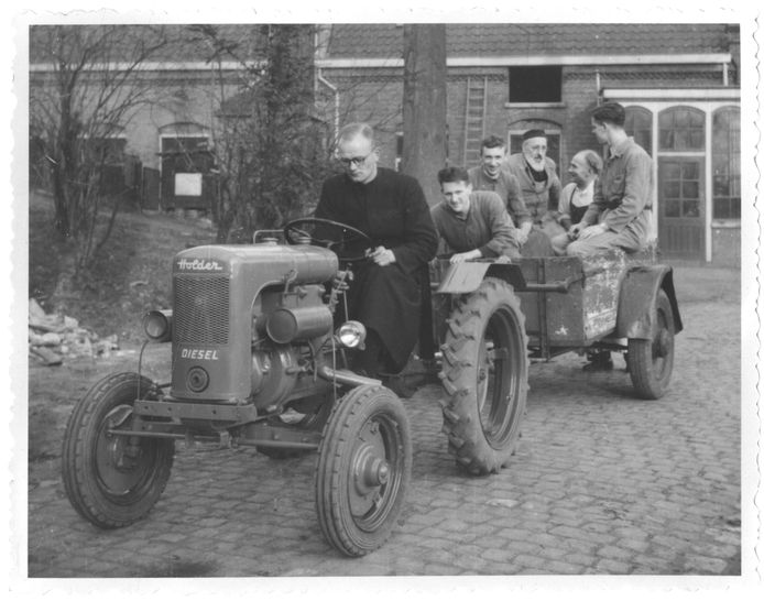 De Rooi Harten waren zelfvoorzienend in Tilburg. Samen met de tractor op weg naar de eigen boerderij. De foto is vermoedelijk in de jaren 50 genomen.