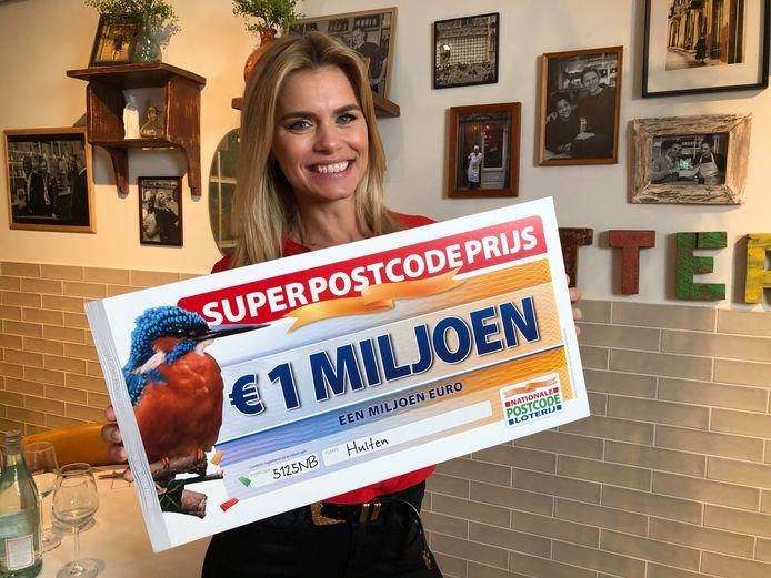 Postcode Loterij-ambassadeur Nicolette van Dam met de SuperPostcodePrijs-cheque.