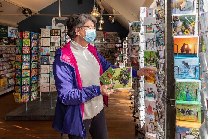 Addy Westerweel komt kaarten uitzoeken bij De Koperen Tuin in Goes.