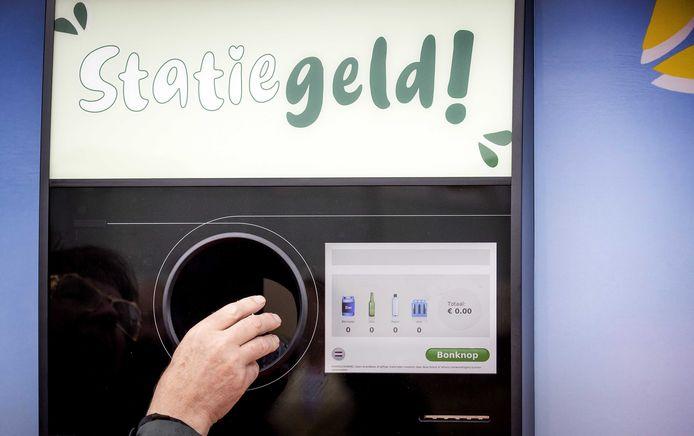 Een statiegeldmachine in Nederland. Ook voor kleine flesjes moet statiegeld betaald worden.