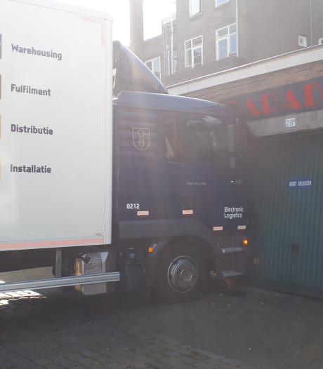 Vrachtwagen rijdt tegen pui in centrum Nijmegen, gebouw ontzet