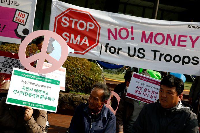 Zuid-Koreanen demonstreren bij de Amerikaanse ambassade in Seoul tegen een verhoogde bijdrage aan de Amerikaanse troepen.